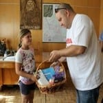 Затрупаха с подаръци 10-годишната чистачка на тоалетни в Мелник