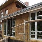 450 бали вложи семейство в строежа на къщата си от слама в Кладница