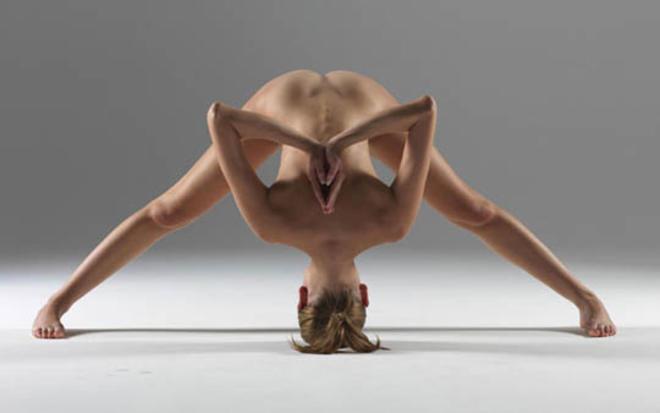Йога инструкторка се снима гола в любимите си пози (18+)
