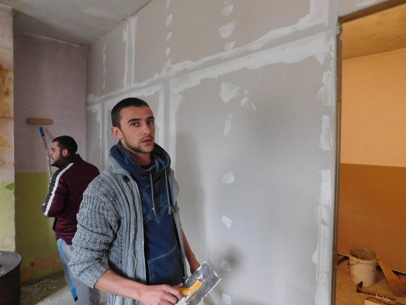 24-годишен кмет сам изгражда кметството на село Коритата