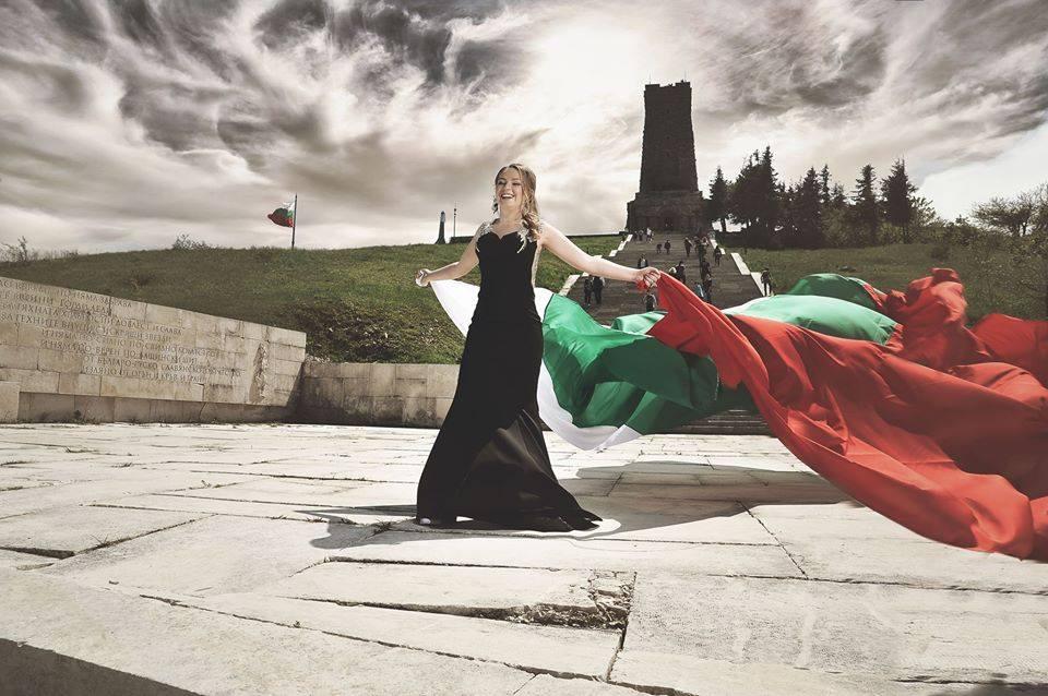 ГОРДОСТ! Абитуриентка с българското знаме стана хит в социалните мрежи (СНИМКА)