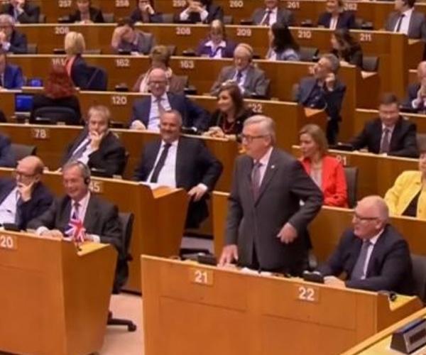 Юнкер се подигра с Найджъл Фарадж пред целия европарламент (ВИДЕО)
