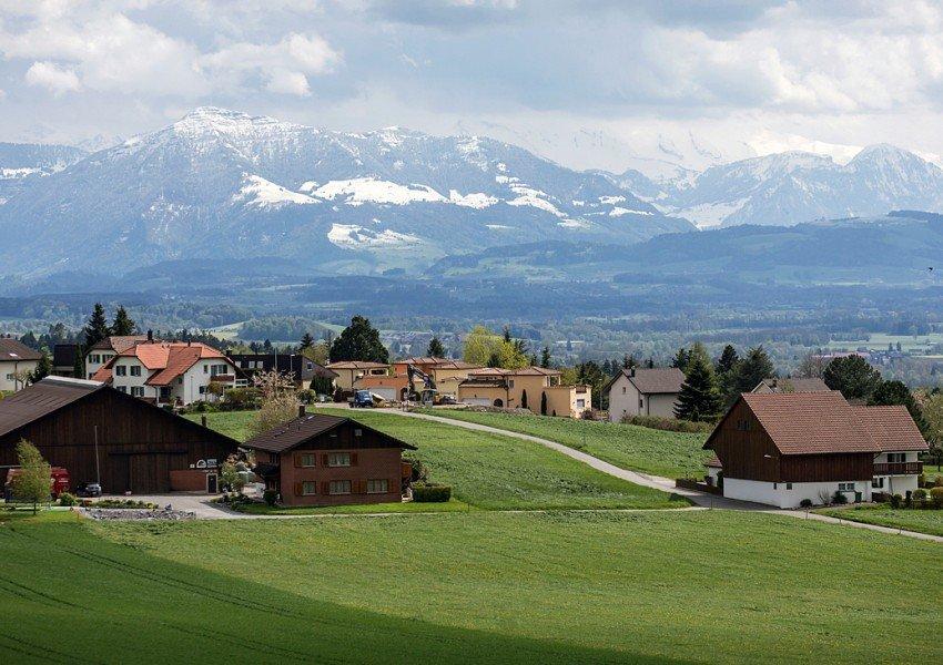 Швейцарско градче на милионери си плати да не приема бежанци