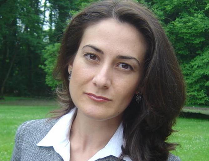 Българка ще работи редом до Хилари