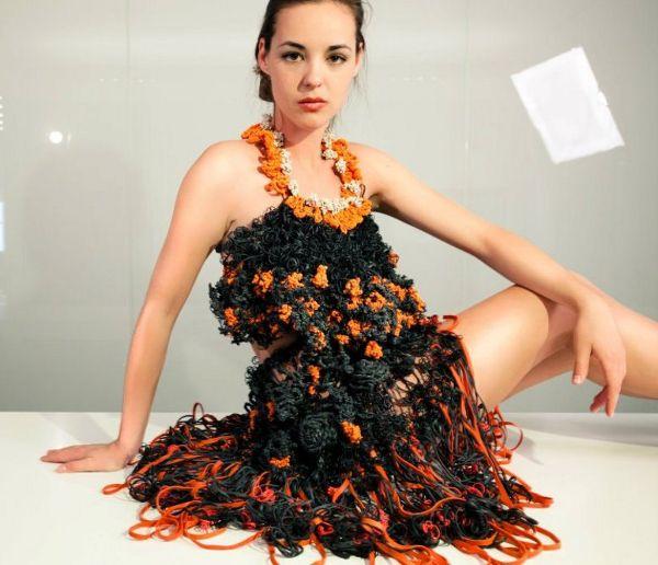 БГ архитектка в Ню Йорк прави рокли от рециклирани ластици и офис-материали