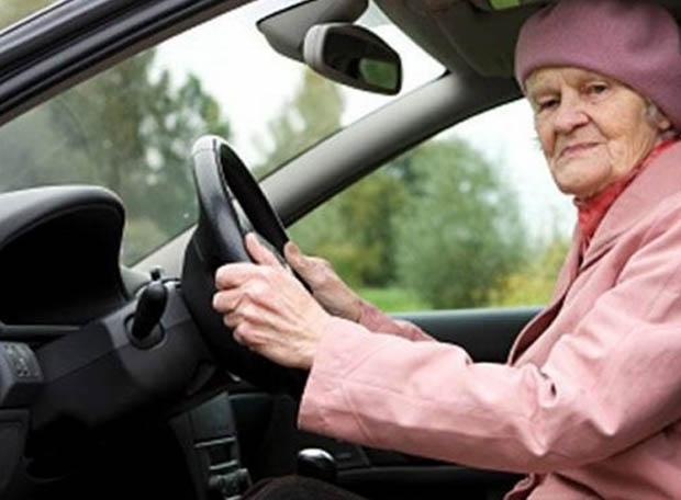 Той помога на стара жена да си смени гумата. Едва вечерта разбира, че в действителност…