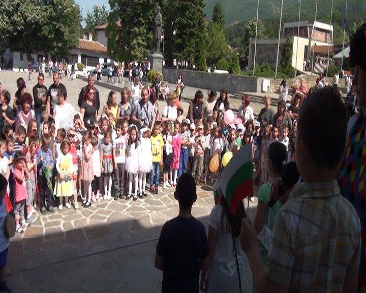 """30 000 деца рецитираха едновременно """"Аз съм българче"""" (ВИДЕО)"""