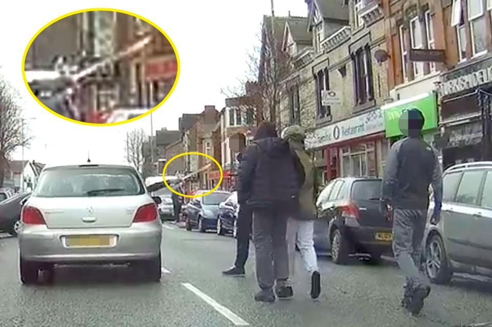 Група хулигани нападнаха шофьор на улицата, но вижте как той незабавно охлади агресията им… (ВИДЕО 18+)