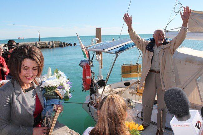 След 2 години в океана, 80-годишният д-р Васил Куртев се завърна в родната Каварна