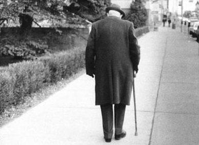 Разтърсващата история на един дядо, на който не му стигнаха 2.30лв в магазина развълнува българите. Само вижте кой му помогна…