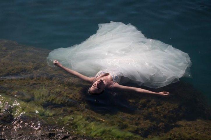Младоженци от Бургас избраха сватбените им снимки да са под вода, но операторът се оказа, че не може да плува