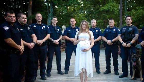 Полицаи се събраха около бременна жена. Причината е много тъжна…