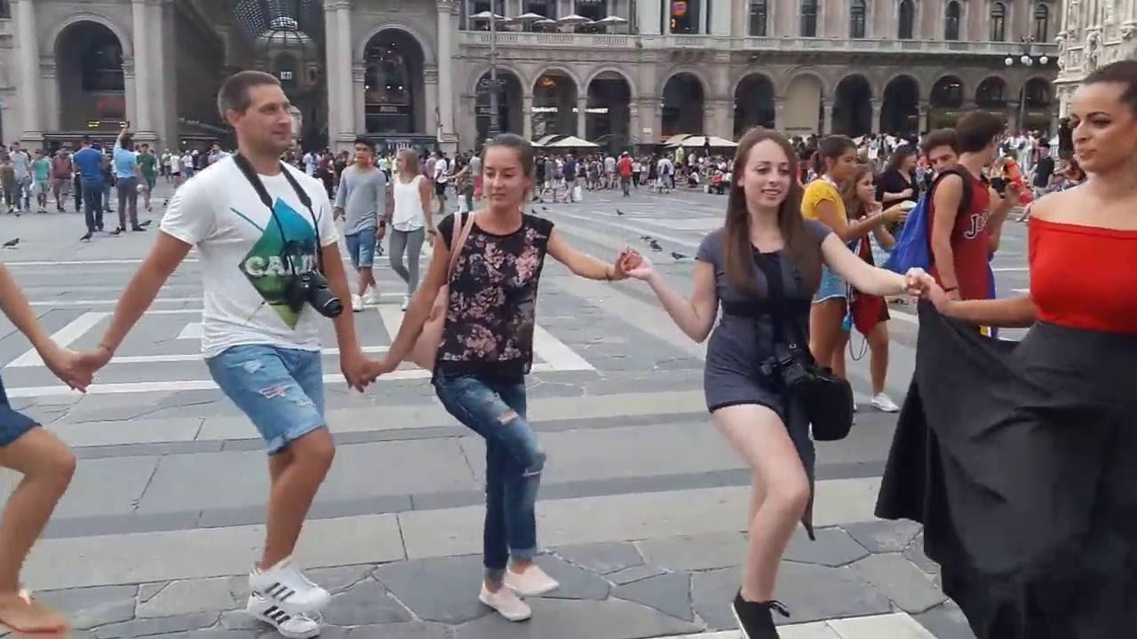 Българи играят Граовско хоро в центъра на Милано