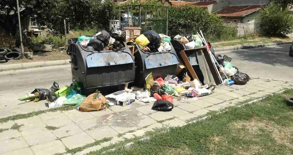 Вече трети ден: Препълнени казани за боклук в Цветния квартал на Варна (снимки)