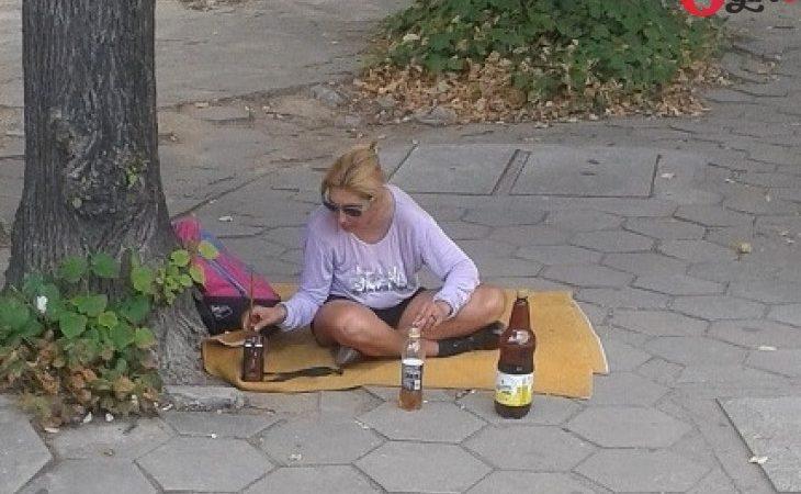 На пикник по български! Блондинка си постла одеалце на тротоара в Пловдив и си извади биричката!